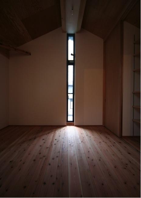 『すぎのいえ』生活を楽しむ工夫・遊び心をつめこんだ住まいの部屋 寝室-スリット窓