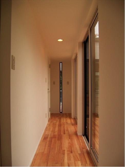 『だんだんのいえ』緑と光を感じる住まいの部屋 中庭に面した明るい廊下