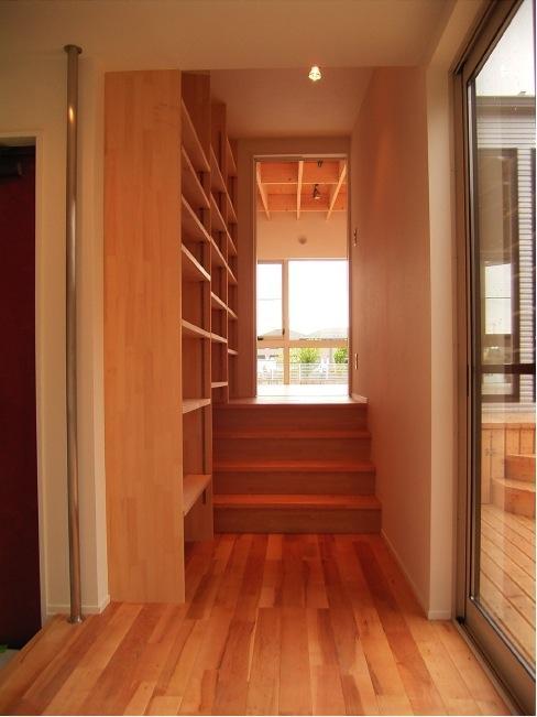 『だんだんのいえ』緑と光を感じる住まいの部屋 スキップフロア・壁面収納