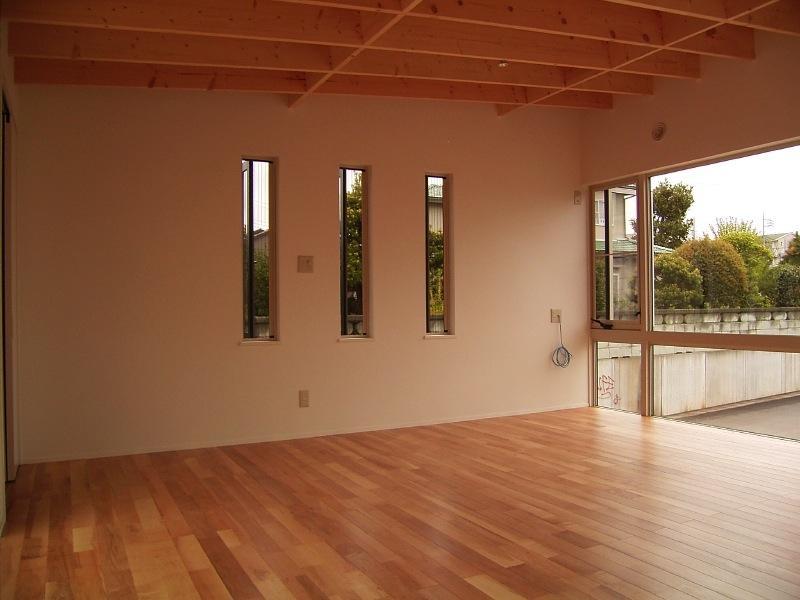 『だんだんのいえ』緑と光を感じる住まいの部屋 リビング-スリット窓