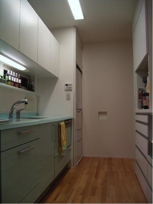 『だんだんのいえ』緑と光を感じる住まいの部屋 グリーンが爽やかなキッチン