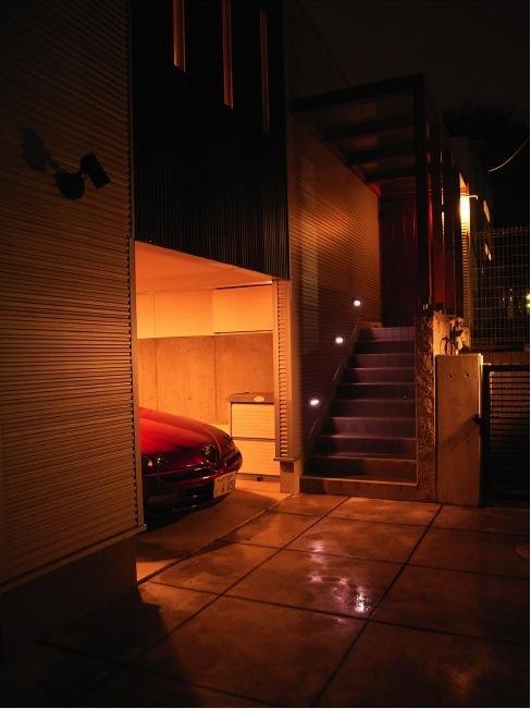 『だんだんのいえ』緑と光を感じる住まいの部屋 ガレージ・アプローチ階段
