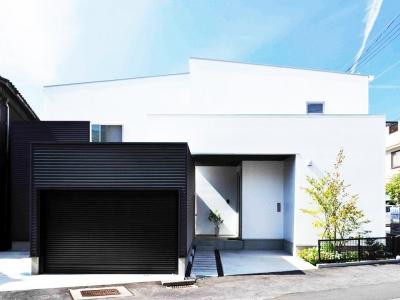 『繋がる家』パティオのあるコートハウス (白と黒基調のスタイリッシュな外観)