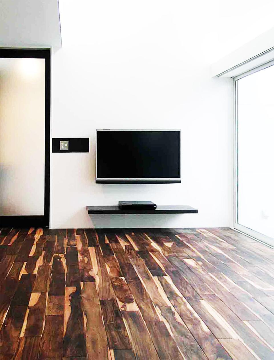 『繋がる家』パティオのあるコートハウスの部屋 シンプルモダンなリビング