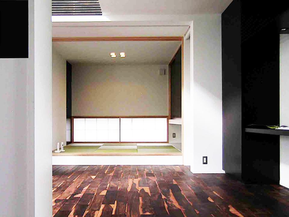 『繋がる家』パティオのあるコートハウスの部屋 リビングと一体になる和室