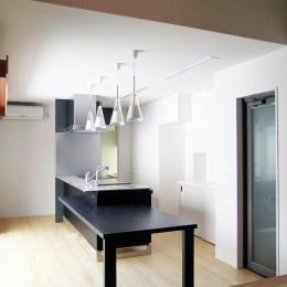 『楽しむ家』ホームシアター・サウナ・ブランコのある家 (スタイリッシュモダンなダイニングキッチン)