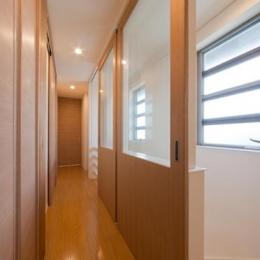 『菰野の民家再生』開放感・一体感のある住まい (明るい2階廊下)