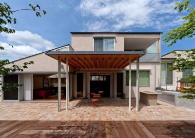 『名古屋のコートハウス』バーベキューテラスのある家 (外観-ダイニング前のテラス)