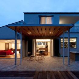 『名古屋のコートハウス』バーベキューテラスのある家 (ダイニング前のテラス-夜景)