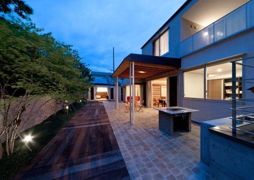 建築家:才本 清継「『名古屋のコートハウス』バーベキューテラスのある家」