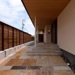 『名古屋のコートハウス』バーベキューテラスのある家 (天然石貼りのアプローチ)