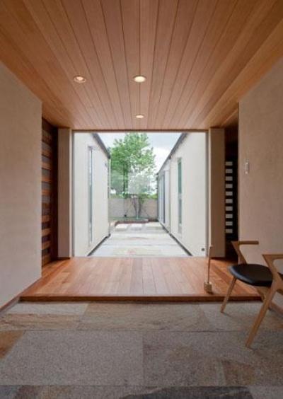 中庭に面した明るい玄関 (『名古屋のコートハウス』バーベキューテラスのある家)