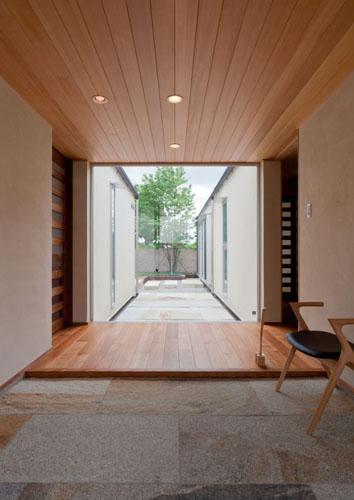 『名古屋のコートハウス』バーベキューテラスのある家の部屋 中庭に面した明るい玄関