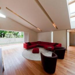 『名古屋のコートハウス』バーベキューテラスのある家-スタイリッシュモダンなリビング