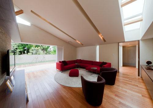 『名古屋のコートハウス』バーベキューテラスのある家の部屋 スタイリッシュモダンなリビング