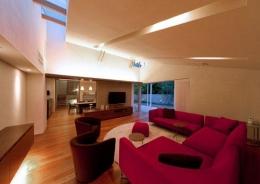 『名古屋のコートハウス』バーベキューテラスのある家 (間接照明が演出する大人リビング)