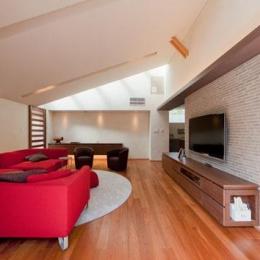 『名古屋のコートハウス』バーベキューテラスのある家-勾配天井の広々リビング