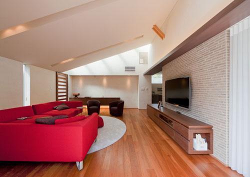 『名古屋のコートハウス』バーベキューテラスのある家の部屋 勾配天井の広々リビング