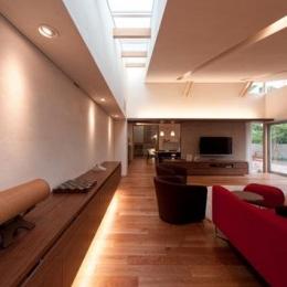 『名古屋のコートハウス』バーベキューテラスのある家-リビング-トップライトと間接照明