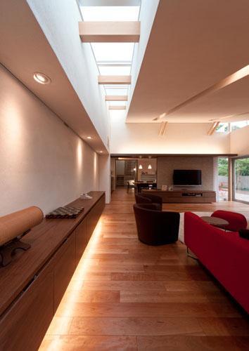 『名古屋のコートハウス』バーベキューテラスのある家の部屋 リビング-トップライトと間接照明