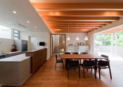 『名古屋のコートハウス』バーベキューテラスのある家の部屋 梁の美しさが目を惹くダイニングキッチン