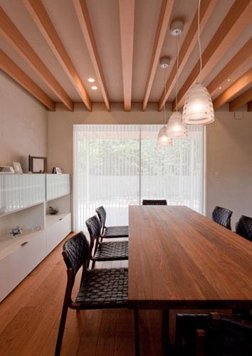 『名古屋のコートハウス』バーベキューテラスのある家の部屋 明るいダイニング