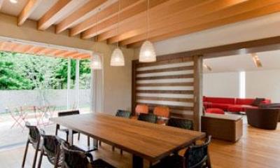 木目美しいナチュラルモダンなLDK|『名古屋のコートハウス』バーベキューテラスのある家