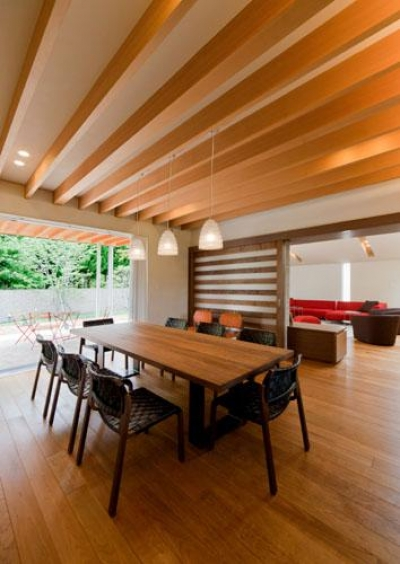 『名古屋のコートハウス』バーベキューテラスのある家 (木目美しいナチュラルモダンなLDK)