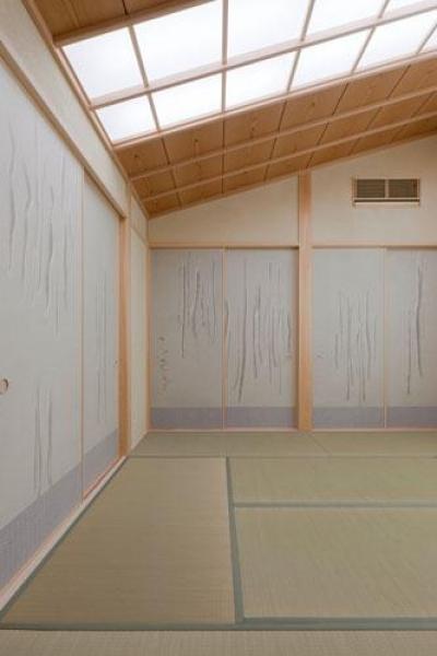 淡い水色の襖が爽やかな和室 (『名古屋のコートハウス』バーベキューテラスのある家)