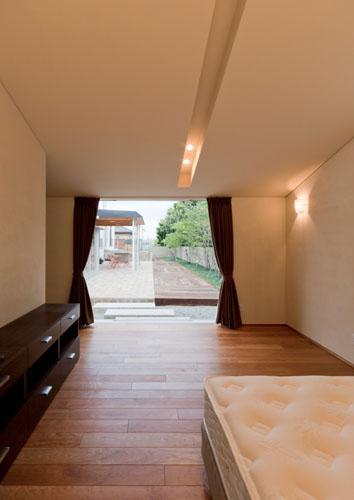 『名古屋のコートハウス』バーベキューテラスのある家の部屋 庭を望める寝室