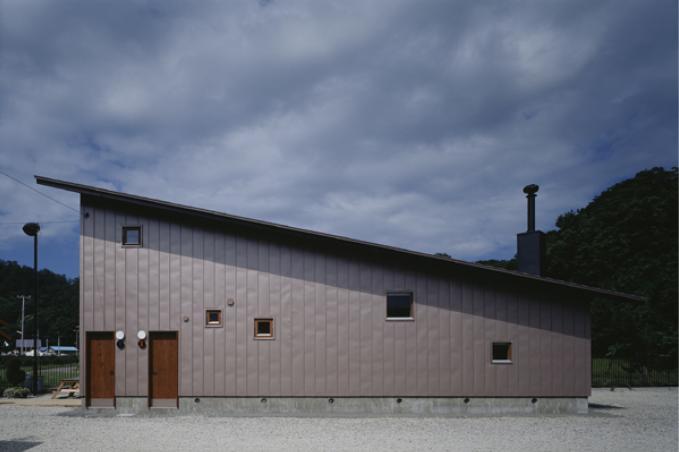 『蘭島のCOTTAGE』木に囲まれた海沿いの別荘の部屋 片流れ屋根の別荘-外観1