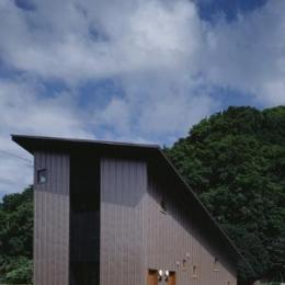 『蘭島のCOTTAGE』木に囲まれた海沿いの別荘 (片流れ屋根の別荘-外観2)