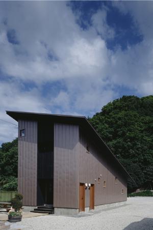 『蘭島のCOTTAGE』木に囲まれた海沿いの別荘の部屋 片流れ屋根の別荘-外観2