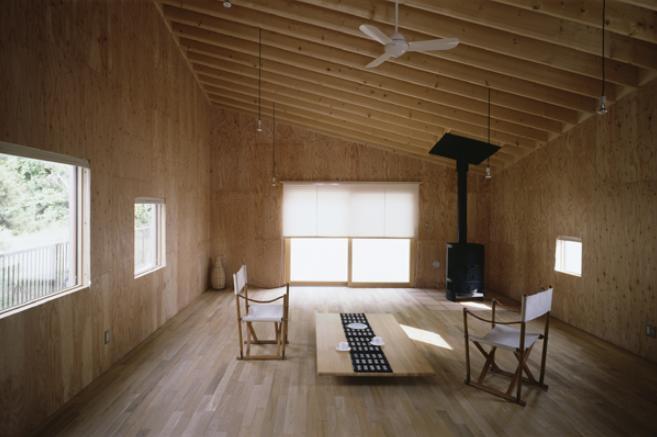 『蘭島のCOTTAGE』木に囲まれた海沿いの別荘の部屋 光の差し込む明るいリビング