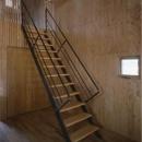 『蘭島のCOTTAGE』木に囲まれた海沿いの別荘の写真 スケルトン階段