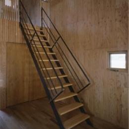 『蘭島のCOTTAGE』木に囲まれた海沿いの別荘 (スケルトン階段)