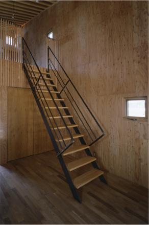 『蘭島のCOTTAGE』木に囲まれた海沿いの別荘の部屋 スケルトン階段