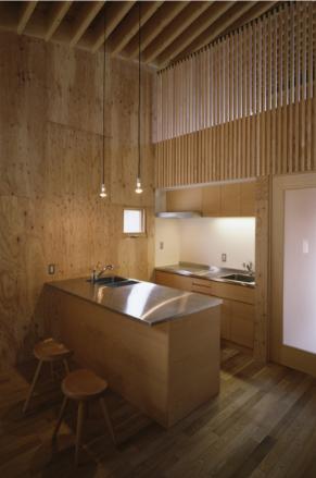 『蘭島のCOTTAGE』木に囲まれた海沿いの別荘の部屋 吹き抜けのオープンキッチン