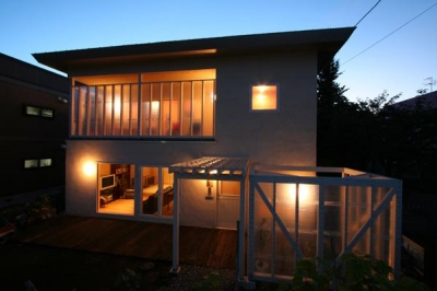 『厚別のCUBE』半戸外空間を楽しめるシンプルな住まい (外観夜景)