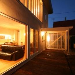 『厚別のCUBE』半戸外空間を楽しめるシンプルな住まい (テラス夜景)