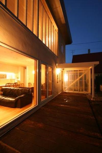 テラス夜景 (『厚別のCUBE』半戸外空間を楽しめるシンプルな住まい)