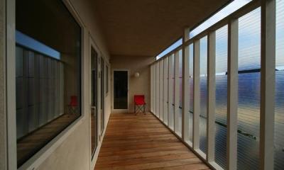 開放的な2階サンルーム|『厚別のCUBE』半戸外空間を楽しめるシンプルな住まい