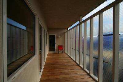 『厚別のCUBE』半戸外空間を楽しめるシンプルな住まい (開放的な2階サンルーム)