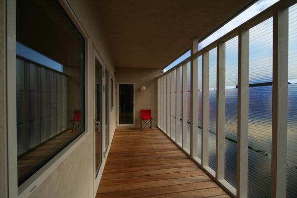 『厚別のCUBE』半戸外空間を楽しめるシンプルな住まいの部屋 開放的な2階サンルーム