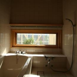 『厚別のCUBE』半戸外空間を楽しめるシンプルな住まい (優しい光に包まれたバスルーム)