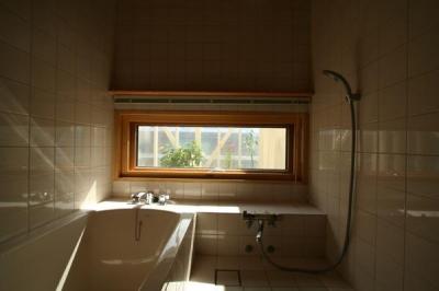 優しい光に包まれたバスルーム (『厚別のCUBE』半戸外空間を楽しめるシンプルな住まい)