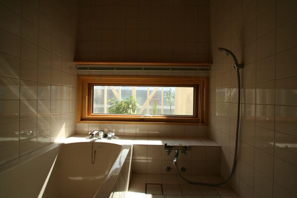 『厚別のCUBE』半戸外空間を楽しめるシンプルな住まいの部屋 優しい光に包まれたバスルーム
