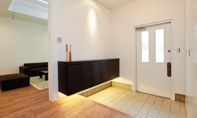 シンプルモダンな広々玄関ホール 『houseS』光の間が家族間のコミュニケーションを育む家