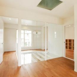 『houseS』光の間が家族間のコミュニケーションを育む家 (一面ガラス壁の明るい子供部屋)