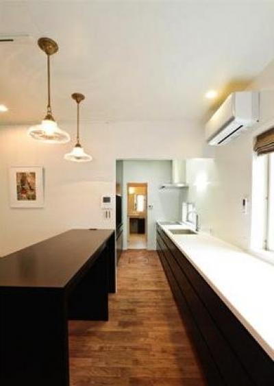 『houseS』光の間が家族間のコミュニケーションを育む家 (明るいキッチン)